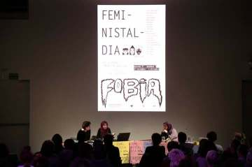 HAJAR SAMADI, EN REPRESENTACIÓN DE BIDAYA EN SAN SEBASTIÁN, EN EL FESTIVAL DE FEMINISTALDIA 2017, ESTE AÑO EL LEMA ERAN LAS FOBIAS Y NO PODÍA FALTAR UN TEMA QUE NOS AFECTA DIRECTAMENTE A LAS MUJERES MUSULMANAS: LA ISLAMOFOBIA